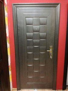 Красива блиндирана врата с фрезовани мотиви