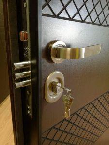 брава с шипове за блиндирана врата