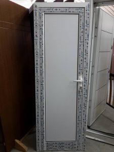 бяла алуминиева врата