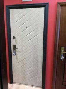 бяла блиндирана врата
