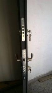 входна врата с две брави