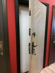 защитена блиндирана врата