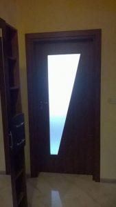 красива ламинатна врата със стъкло
